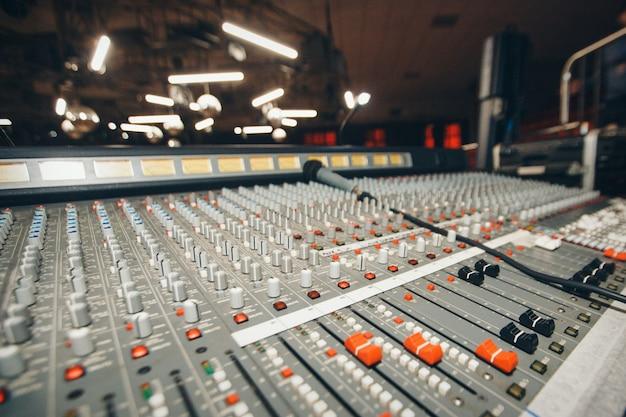 Elektrische maschine auf tabelle für das arbeiten des sounddesigners Premium Fotos