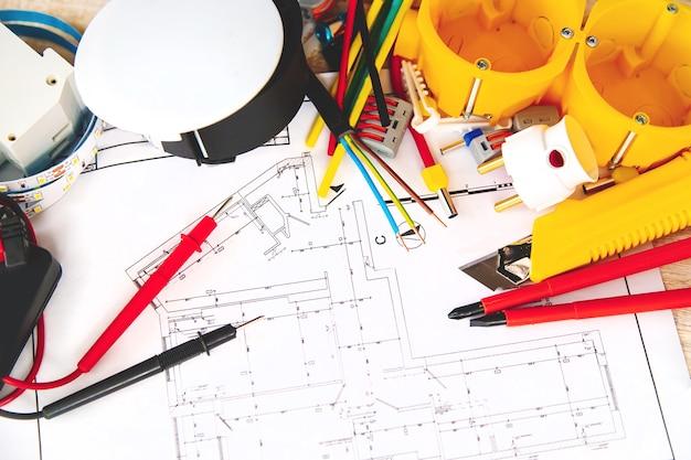 Elektrische reparaturwerkzeuge im haus. selektiver fokus. planen Premium Fotos