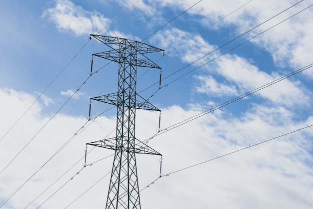 Elektrische türme mit einem blauen bewölkten himmel im hintergrund Kostenlose Fotos