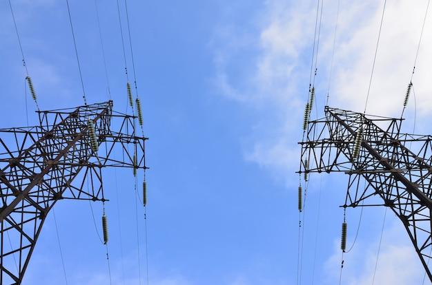 Elektrischer hochspannungsturm. strommast Premium Fotos