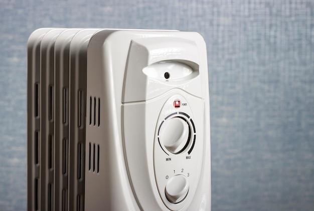 Elektrischer ölkühler schließen auf einem blauen hintergrund Premium Fotos