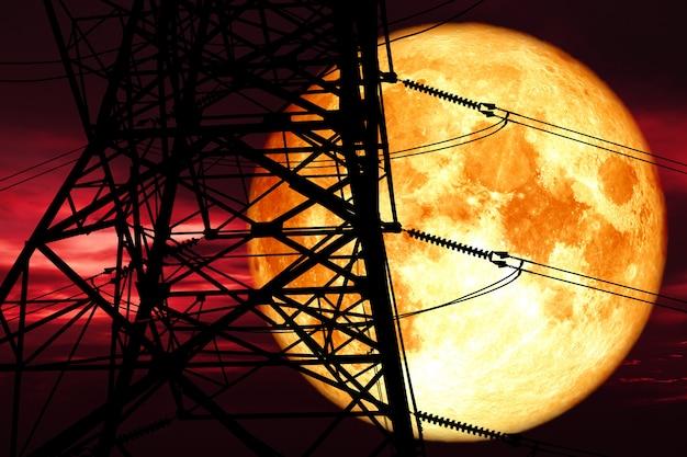 Elektrischer pfosten der superblutmondrückenschattenbild-macht und nachtrote wolke am himmel Premium Fotos