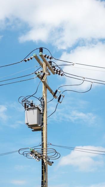 Elektrischer pfosten und transformator auf einem blauen himmel Premium Fotos