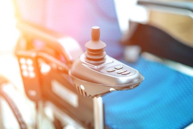 Elektrischer rollstuhl für alten älteren patienten kann nicht gehen oder leute zu hause deaktivieren Premium Fotos