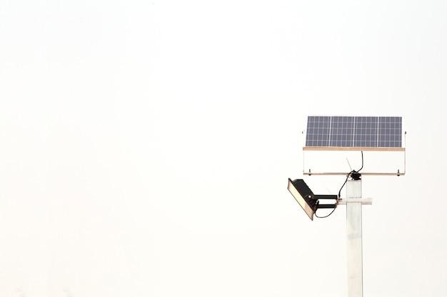 Elektrischer solarzellenpfosten lokalisiert auf weißem hintergrund. alternative energie. Premium Fotos
