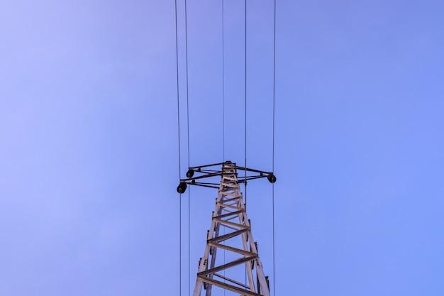 Elektrischer turm, der hochspannungskabel hält. Premium Fotos