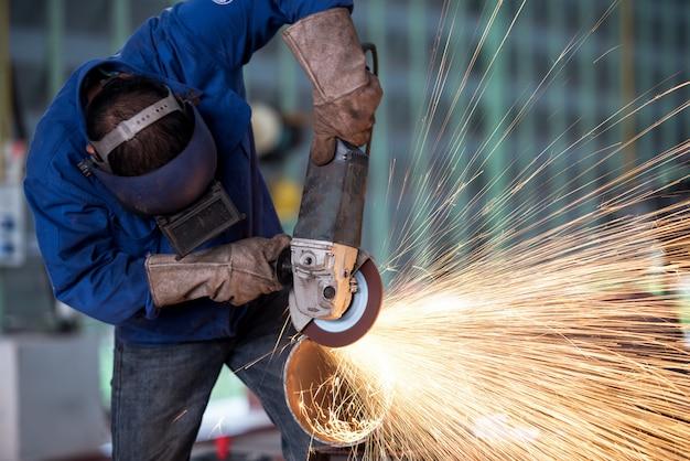 Elektrisches rad, das auf stahlkonstruktion in der fabrik reibt Premium Fotos