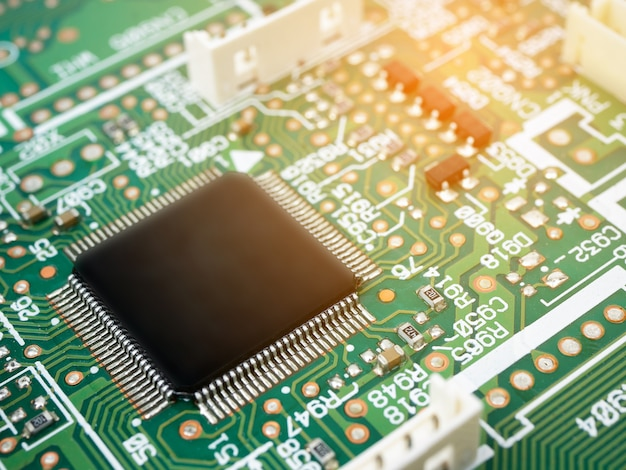 Elektronische high-tech-leiterplatte (pcb) mit mikrochips-prozessortechnologie Premium Fotos