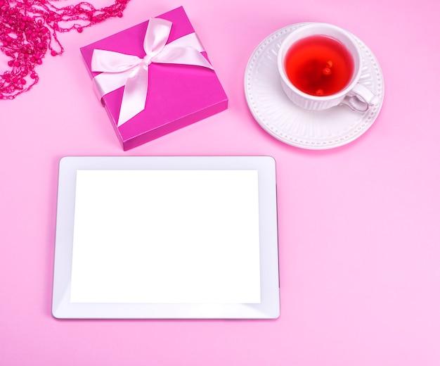 Elektronische tablette mit leerem weißem bildschirm Premium Fotos