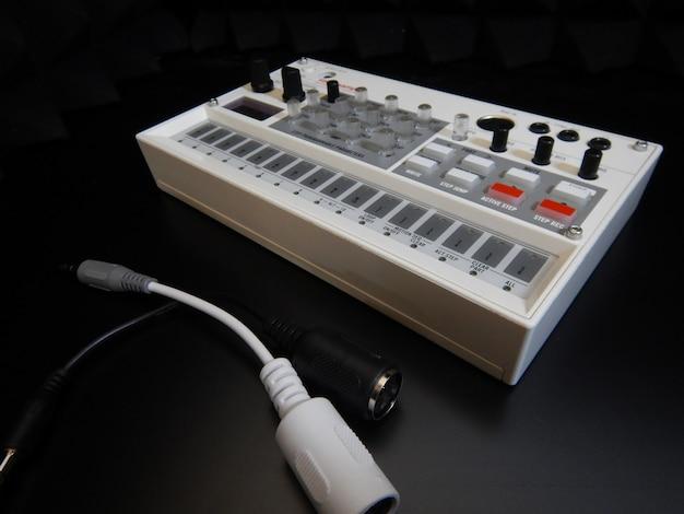 Elektronisches musikinstrument oder audio-mixer oder sound-equalizer (analoger modularer synthesizer) Kostenlose Fotos