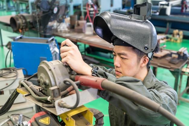 Elektrotechniker, der mit einer robotermaschine arbeitet Premium Fotos