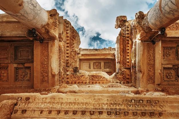 Elemente der spalten der architekturstruktur gegen den blauen himmel der bibliothek von celsus in ephesus, die türkei Premium Fotos
