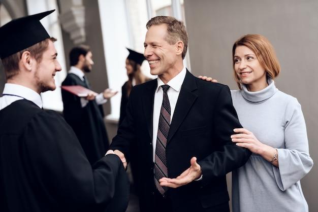 Eltern beglückwünschen mann mit dem ende des studierens. Premium Fotos
