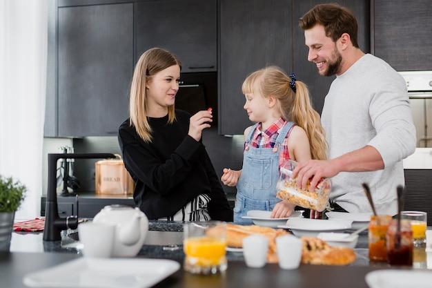 Eltern, die frühstück für tochter kochen Kostenlose Fotos