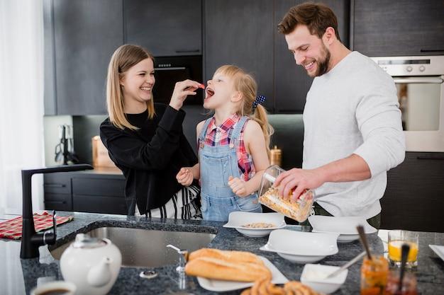 Eltern, die tochter in küche einziehen Kostenlose Fotos