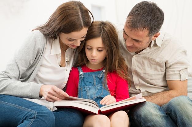 Eltern helfen tochter im studium Premium Fotos