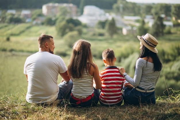 Eltern mit ihren kindern im wald spazieren Kostenlose Fotos