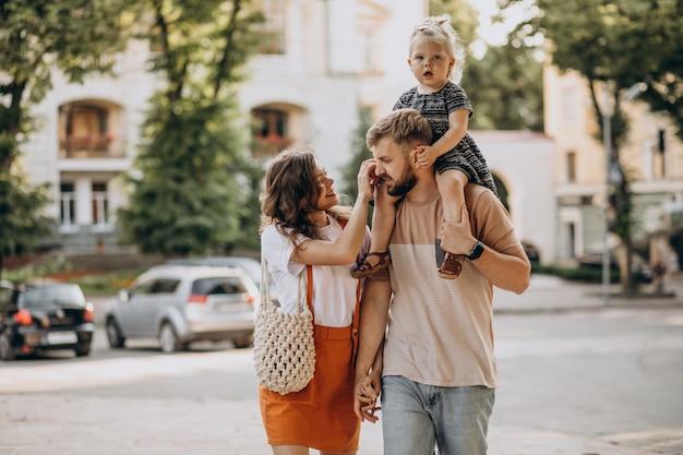 Eltern mit ihrer kleinen tochter in der stadt Kostenlose Fotos