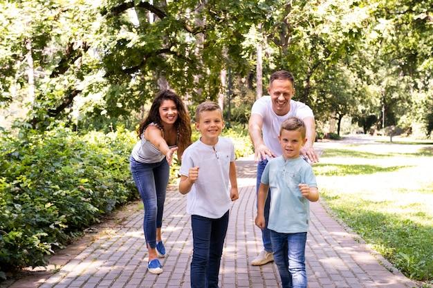 Eltern mit kindern zusammen im park Kostenlose Fotos