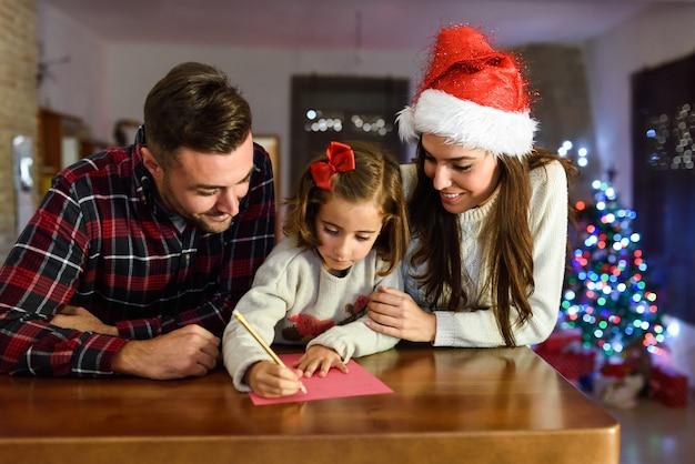 Eltern Mit Tochter Einen Brief Für Den Weihnachtsmann Schreiben