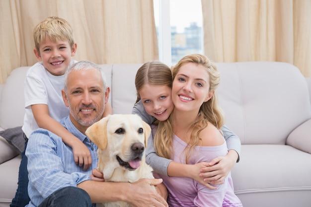 Eltern und kinder auf teppich mit labrador Premium Fotos