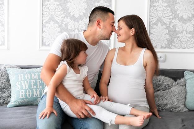 Eltern und tochter warten auf ein neues mitglied Kostenlose Fotos