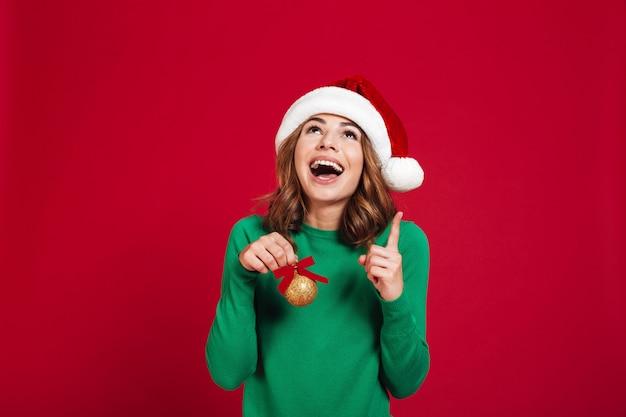 Emotionale frau, die weihnachtssankt-hut trägt Kostenlose Fotos