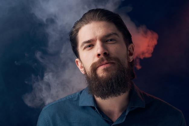 Emotionaler mann schwarzes hemd attraktiver blick nahaufnahme rauch im hintergrund. Premium Fotos
