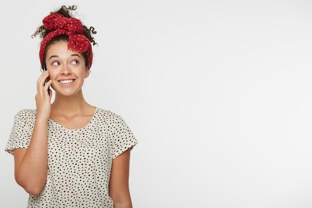 Emotionales glückliches junges mädchen, das mit ihrem honigfreund am telefon spricht Kostenlose Fotos