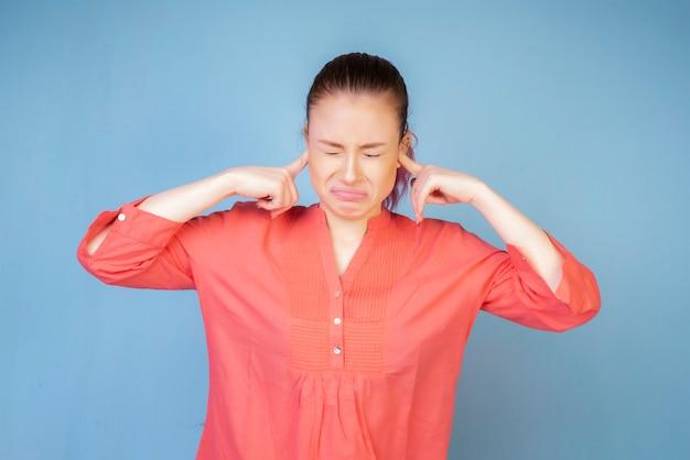 Emotionales mädchen mit korallenroter bluse Kostenlose Fotos