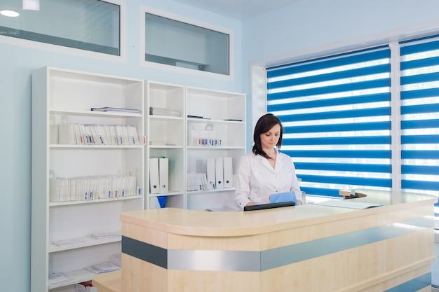 Empfangsdame an der rezeption der klinik Premium Fotos