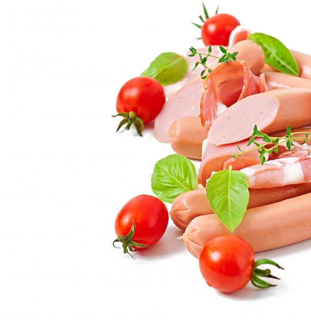 Empfindliches fleisch (wurst und schinken) verziert mit dem basilikum und tomaten lokalisiert Kostenlose Fotos