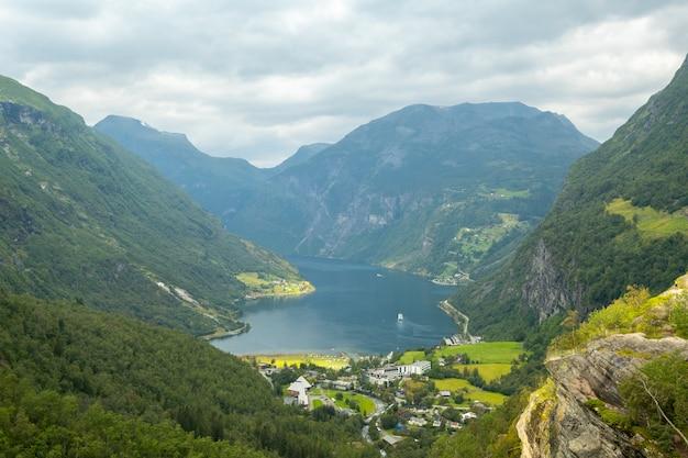 Ende des berühmten geiranger fjords, norwegen mit kreuzschiff Premium Fotos
