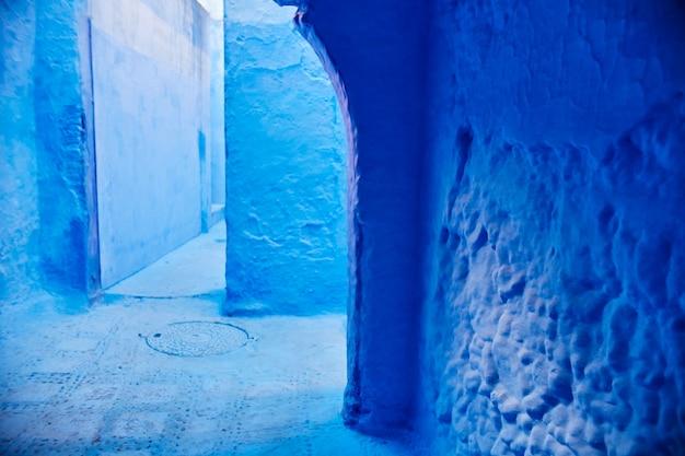Endlose straßen in blauer farbe gemalt Premium Fotos