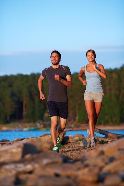 Energetische paar joggen am morgen | Kostenlose Foto