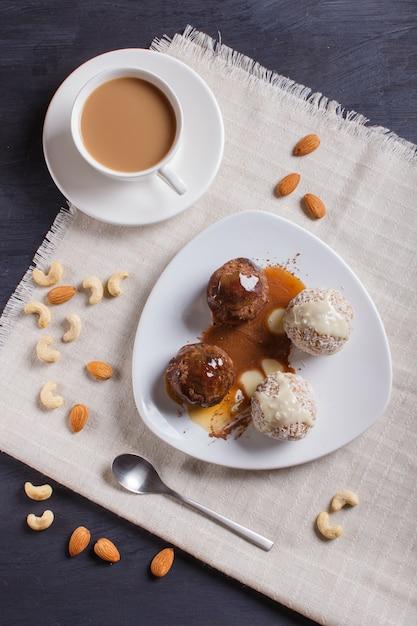 Energiebälle backen mit schokoladenkaramel und -kokosnuss auf weiß zusammen Premium Fotos