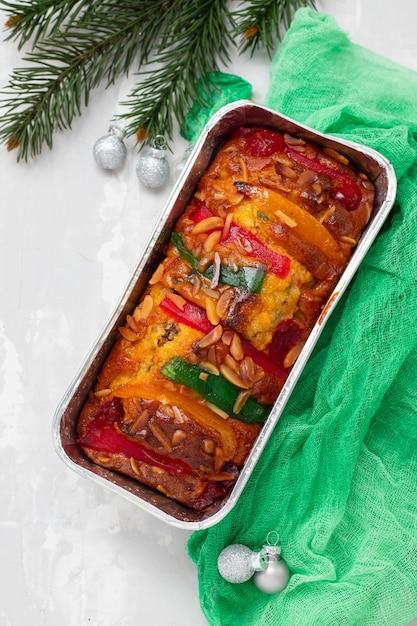 Englischer obstkuchen mit trockenen früchten auf keramischem hintergrund Premium Fotos