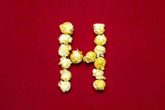 Englisches alphabet vom kinopopcorn. buchstabe h. Premium Fotos
