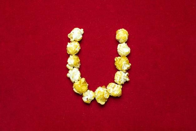 Englisches alphabet vom kinopopcorn mit buchstaben u Premium Fotos