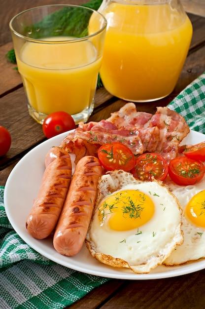 Englisches frühstück mit toast, ei, speck und gemüse in einer rustikalen art auf holztisch Premium Fotos