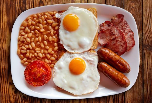 Englisches frühstück mit zwei eiwurstbohnen Premium Fotos