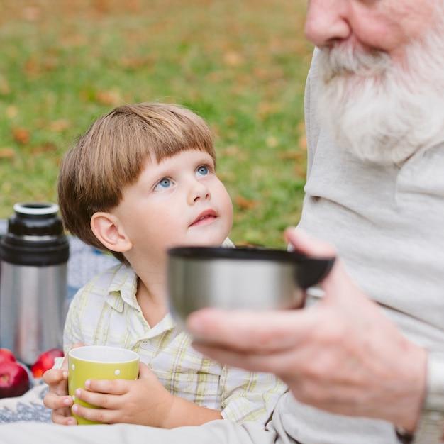 Enkel mit opa beim tee Kostenlose Fotos