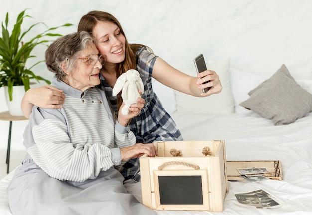Enkelin verbringt zeit mit großmutter Kostenlose Fotos