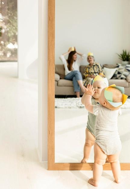 Enkelkind spielt am geburtstag der großmutter Kostenlose Fotos