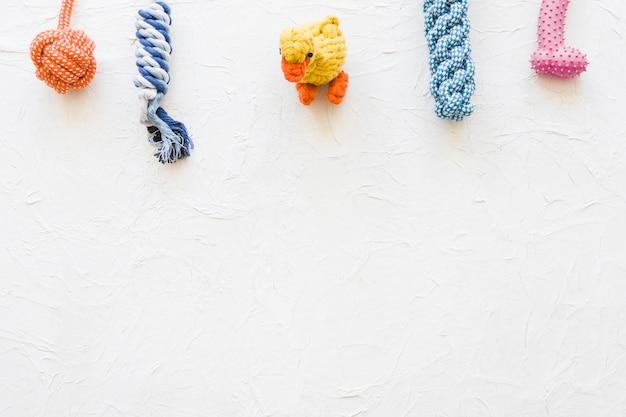 Ente in der nähe von spielzeug für haustiere Kostenlose Fotos