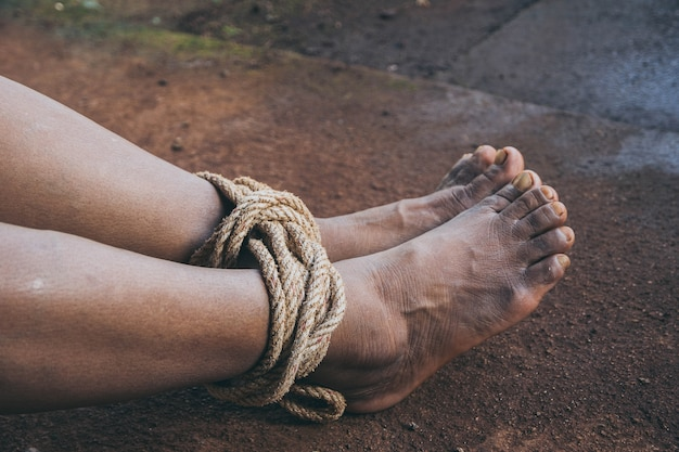Entführte frau gebunden mit seil - missbrauchs- und gewaltkonzept Premium Fotos