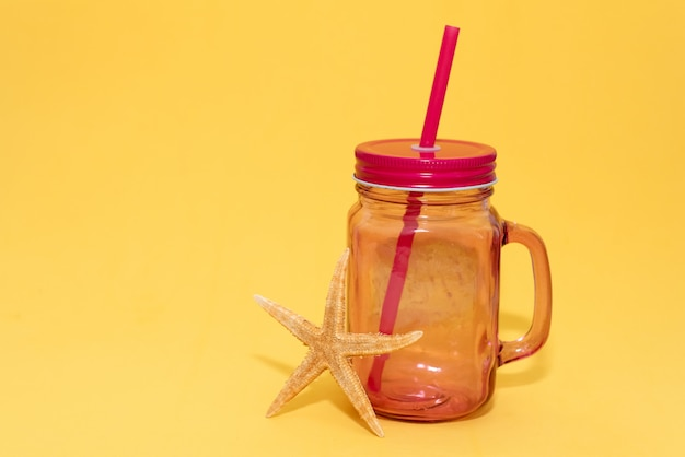 Entgiftungsfrucht hineingegossenes wasser. Premium Fotos