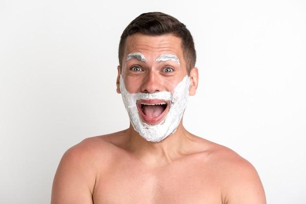 Entsetzter junger mann trug rasierschaum auf bart und augenbraue auf Kostenlose Fotos
