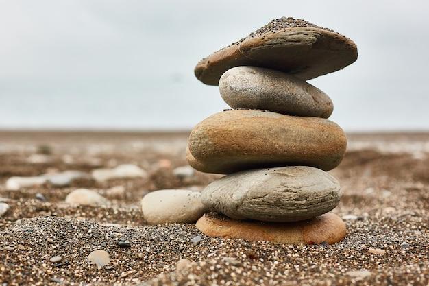 Entspannen am strand, stapel steine Premium Fotos