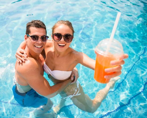 Entspannen im resort-pool und cocktails trinken. Premium Fotos